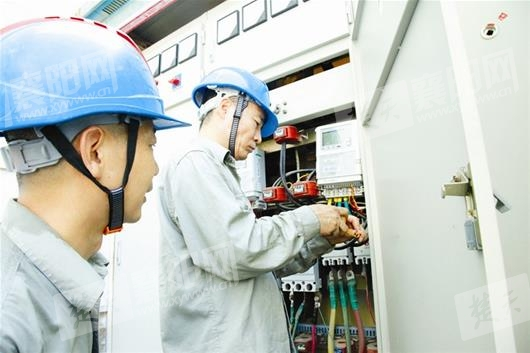 国网湖北襄阳供电工人顶着烈日为用户更换智能电表