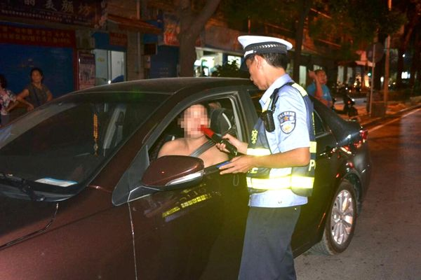 新型酒精测试仪助力民警快速查酒驾 提高工作效率