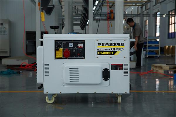 柴油机轴上输出的转矩呈周期性脉动,所以发电机是在剧烈振动的条件下工作。因此,柴油发电机的结构部件,特别是转轴要有足够的强度和刚度,以防止这些部件因振动而断裂。此外,为防止因转矩脉动而引起发电机旋转角速度不均匀,造成电压波动,引起灯光闪烁,柴油发电机的转子也要求有较大的转动惯量,而且应使轴系的固有扭振频率与柴油机的转矩脉动中任一交变分量的频率相差20%以上,以免发生共振,造成断轴事故。 柴油发电机是延长机组寿命的必要措施。 起动前的准备工作 1、机房操作人员应遵守操作规程,穿工作服和绝缘鞋,机组人员应分工