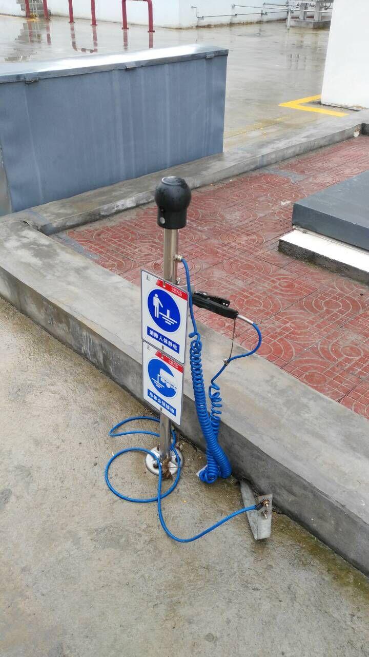一般安装人体静电释放器和静电接地报警器两套设备,操作不便,安装成本