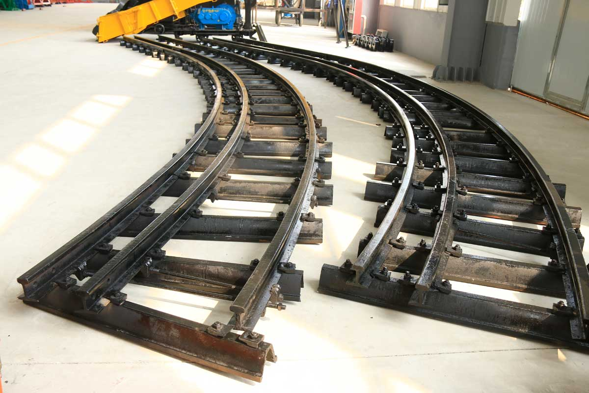 道岔是个大家族,最常见的是普通单开道岔。它由转辙器、连接部分、辙叉及护轨三个单元组成。转辙器包括基本轨、尖轨和转辙机械。 当机车车辆要从A股道转入B股道时,操纵转辙机械使尖轨移动位置,尖轨1密贴基本轨1,尖轨2脱离基本轨2,这样就开通了B股道,关闭了A股道,机车车辆 进入连接部分沿着导曲线轨过渡到辙叉和护轨单元。这个单元包括固定辙叉心、翼轨及护轨,作用是保护车轮安全通过两股轨线的交叉之处。