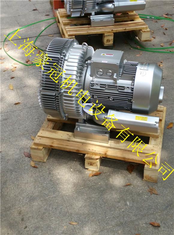 台湾高压风机,漩涡气泵、高压气泵特点 : 1.高压,低噪音,轻量化。 2.采用铝合金材质,大幅降低重量,达到轻量化的目的。 3.马达为全闭外扇型铝框马达,特殊轴心设计,可适全长时间使用。 4.特殊叶片设计,压力高,风量大,噪音低,寿命长。 5.特殊风量调节风门,风量控制稳定性高,操作容易.