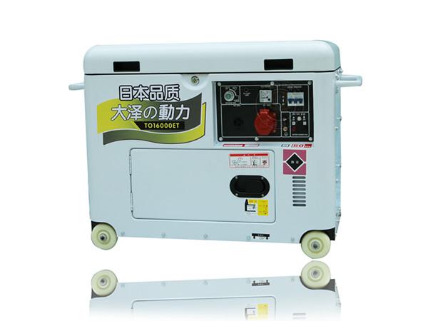 12kw静音柴油发电机品牌原装大泽 首先要根据生产机械对电力传动提出的要求,如起动与制动的频繁程度,有无调速要求等等来选择电动机的电流种类,即选用交流电动机还是选用直流电动机;其次应结合电源情况选择电动机额定电压的大小;再由生产机械所要求的转速及传动设备的要求选取它的额定转速;然后根据电动机和生产机械的安装位置和周围环境情况来决定电动机的结构型式和防护型式;zui后由生产机械所需要的功率大小来决定电动机的额定功率(容量)。综合以上方面考虑,zui后在电机产品目录中选择与要求相符的电动机,如果产品目录中所列