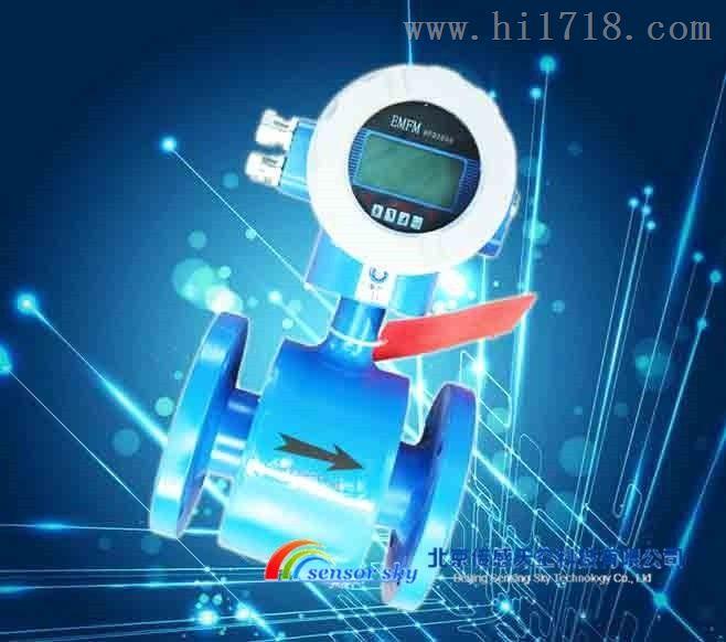 JKE系列电磁流量计  一、JKE系列电磁流量计的测量原理 JKE型电磁流量计由传感器和转换器两大部分组成。传感器典型结构如下图所示,测量管上下装有励磁线圈,由转换器提供励磁电流产生磁场充满测量管道,一对或多对电极装在测量管内壁(与磁场方向垂直) 与液体接触来检测并引出感应电动势,通过电缆送到转换器进行信号处理,测量管内壁安装有绝缘衬里,形成高阻抗非磁性测量管道。衬里与被测流体接触,不同腐蚀性、磨损性和温度的流体选用不同类型的衬里。 二、JKE系列电磁流量计的技术参数 1、测量流体: 导电液体 2、准确度