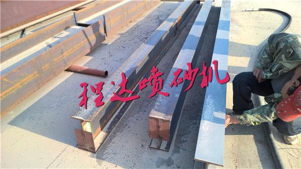 > 钢结构表面锈块锈斑清理机械    建筑工程中,有很多使用钢结构部件