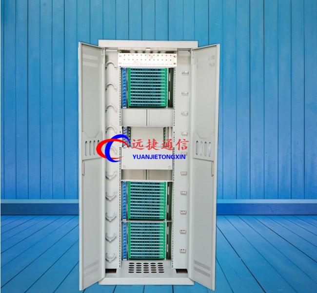 3将光分支器沿着两个圆柱压入,将冗余尾纤在模块背面尾纤盘绕区盘储