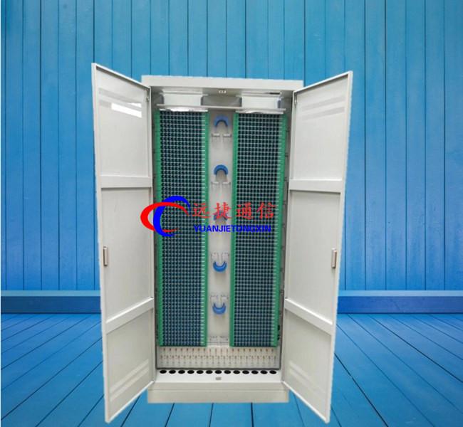 光纤配线架(柜)中所有零件采用的材料应具有防腐性能,如无防腐性能应作防腐处理;其物理化学性能必须稳定,并与光缆护套和尾纤护套相容。为防止腐蚀和其它损害,这些材料还必须与其它设备中所常用的材料相容;         安装: 机柜为国际标准通用19机柜,采用进口电解板经特殊工艺制造,表面喷塑处理,外形美观大方。机柜底部采用4个M1080的膨胀螺钉(随机附件)紧固于地面。顶部采用角连件用菱形螺母与机房走线槽道固定。1) 使用和操作1、光缆开剥、固定及保护1、将光缆从上方或下方的光缆入孔引入架体2、带状光缆的开